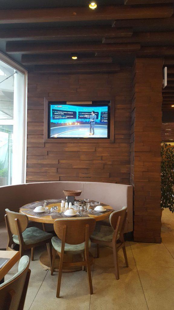 Rize Yakamoz Et ve Balık Restoranı Ahşap Televizyon Bölümü